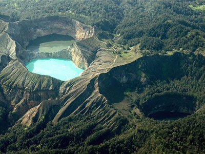 three_color_lakes_of_kelimutu